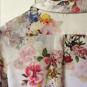 RIVER ISLAND FLORAL BUTTON UP BLOUSE. SIZE 6